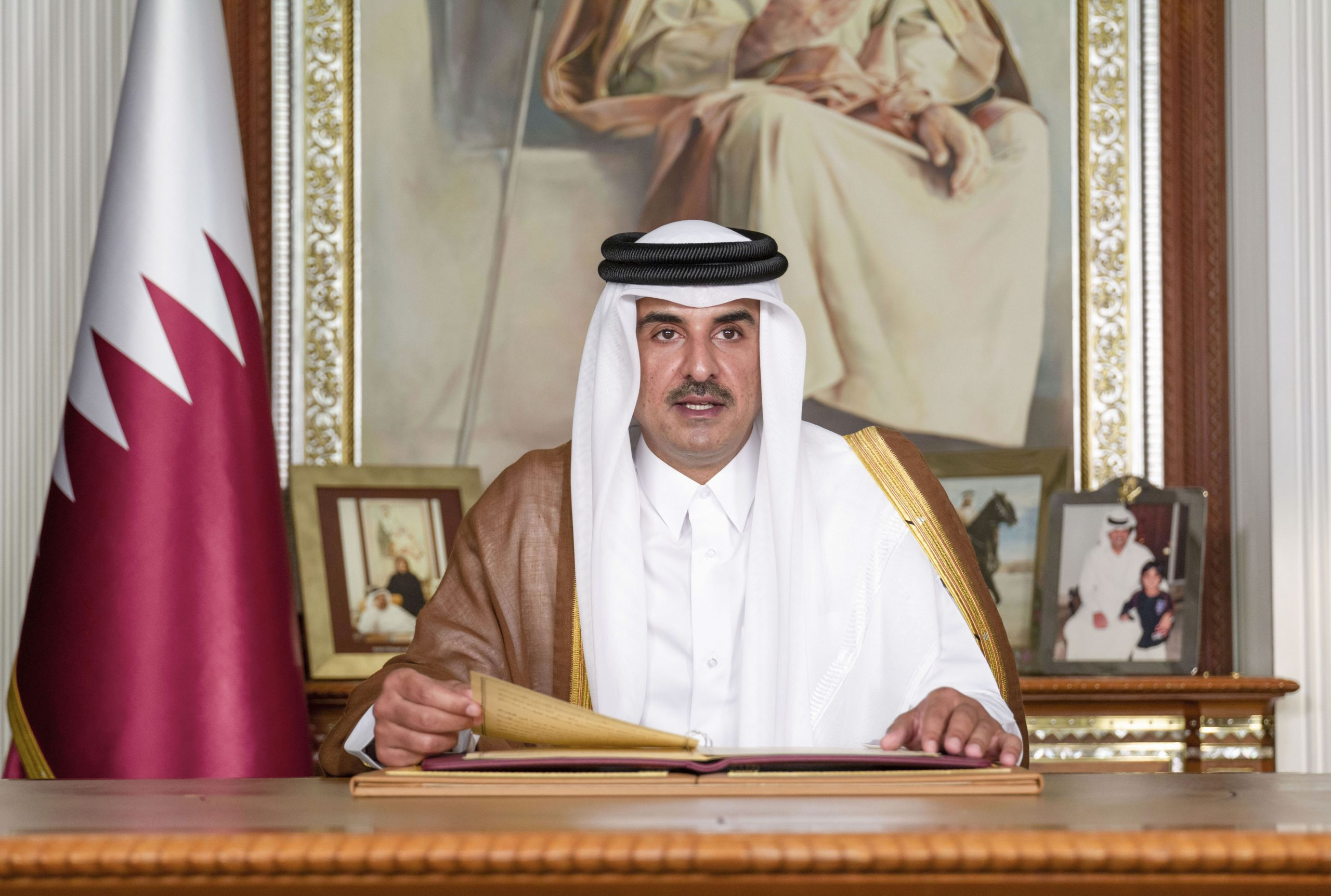 Amir Holds Telephone Call with Algerian President