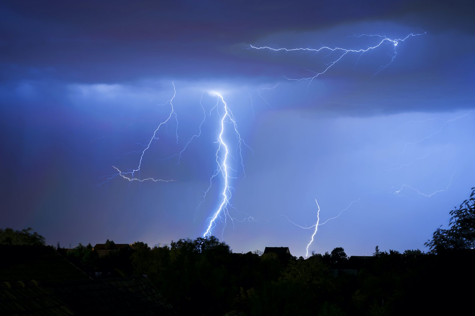 Department of Meteorology Warns of Thundery Rain Associated with Strong Wind and Poor Visibility