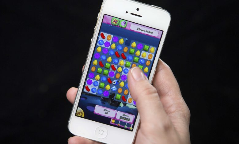 """German official plays """"Candy Crush"""" during meeting with Merkel and provokes a storm of criticism"""