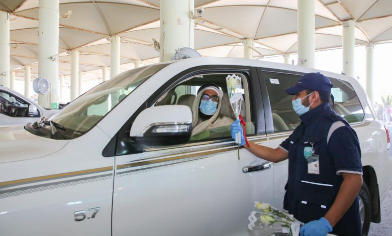 Saudi Customs welcomes arrivals from Qatar with flowers