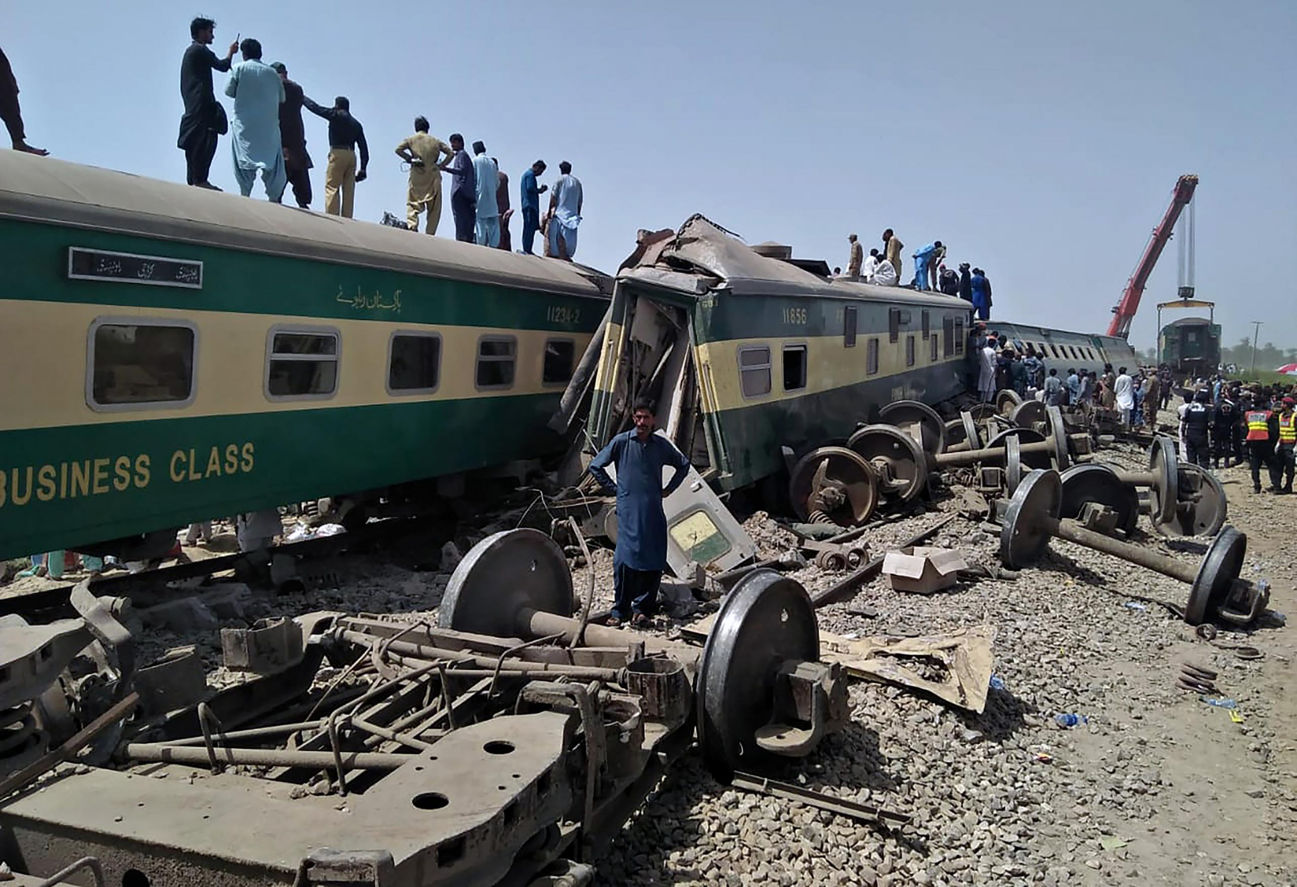 2 trains collide in southern Pakistan, killing 30