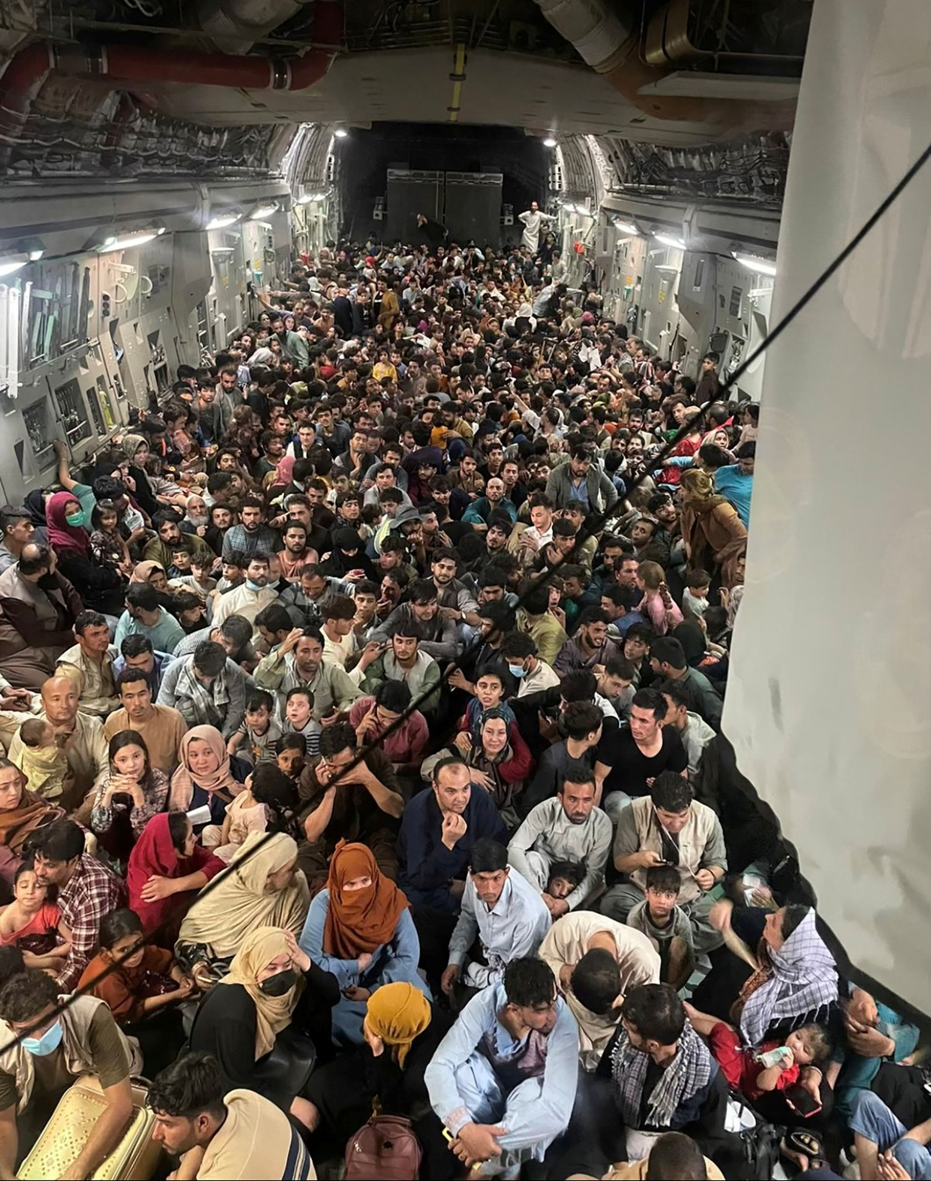 """The great escape.. Shocking picture of hundreds of Afghans """"crammed"""" inside military plane"""