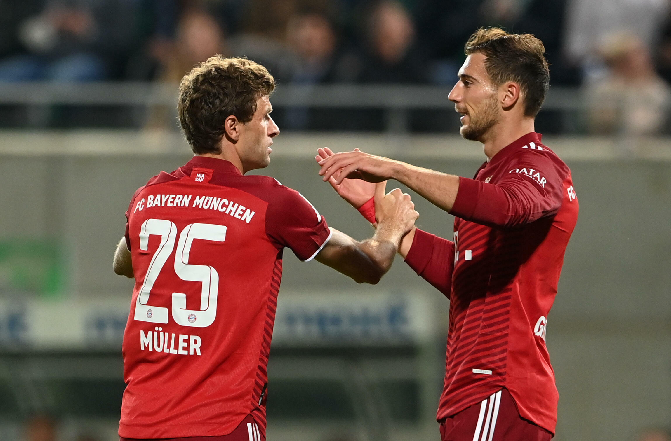Ten-man Bayern cruise past Fuerth to open up three-point lead