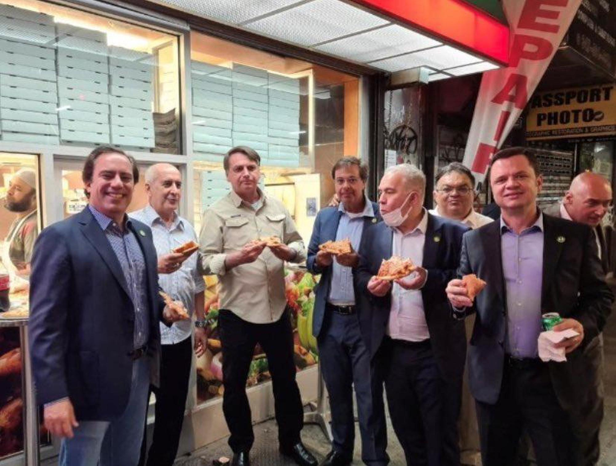 Unvaccinated Bolsonaro forced to eat pizza on NY sidewalk