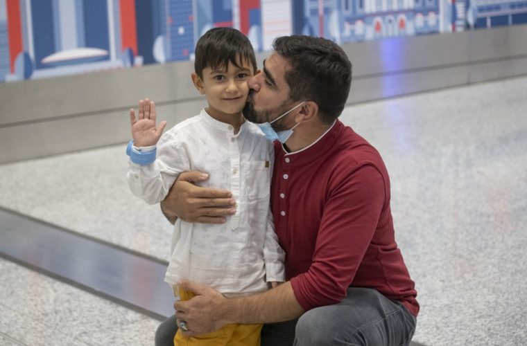 Qatar succeeds in reuniting an Afghan child with his father in Canada